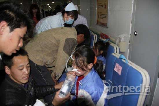 鱼河中心小学中毒学生在医院救治