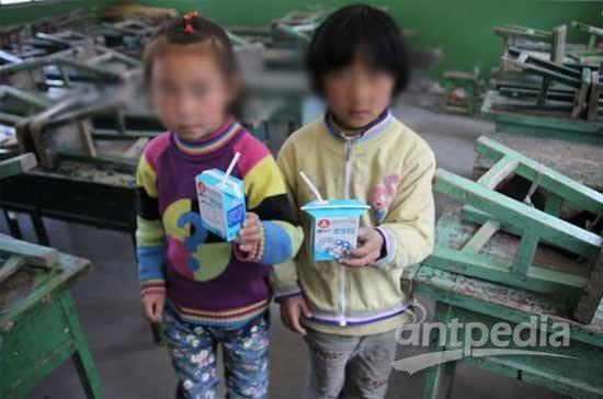 学生们集体食物中毒可能与孩子们手中的牛奶有关